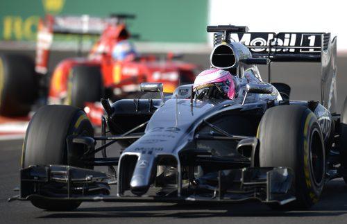 Jenson Button y Fernando Alonso han estado a punto de tocarse en la curva 3