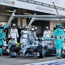 Lewis Hamilton realizando su parada en boxes