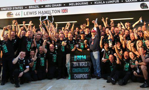 El equipo Mercedes celebra su Campeonato de Constructores