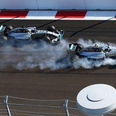 Nico Rosberg comete un error en la primera curva