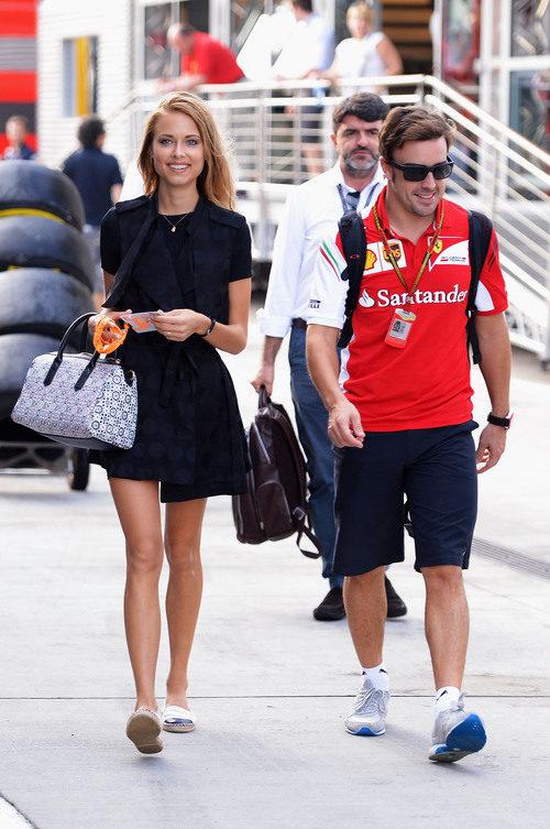 Dasha acompaña a Fernando Alonso