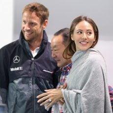 Jessica Michibata sonríe pese a la lluvia