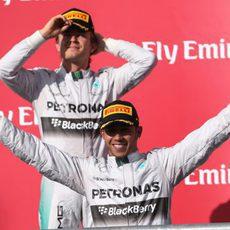 Lewis Hamilton y Nico Rosberg sonrientes tras el gran resultado cosechado en el COTA