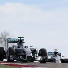 Nico Rosberg presionado por Lewis Hamilton durante la carrera en Austin
