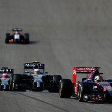Daniil Kvyat pilotando por delante de los McLaren