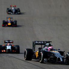 Jenson Button pilotando por delante del Force India