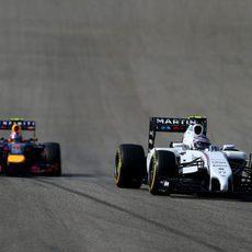 Valtteri Bottas a punto de ser adelantado por Daniel Ricciardo