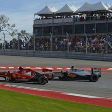 Fernando Alonso lucha con el McLaren de Jenson Button