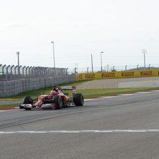 Kimi Räikkönen perseguido por uno de los Toro Rosso