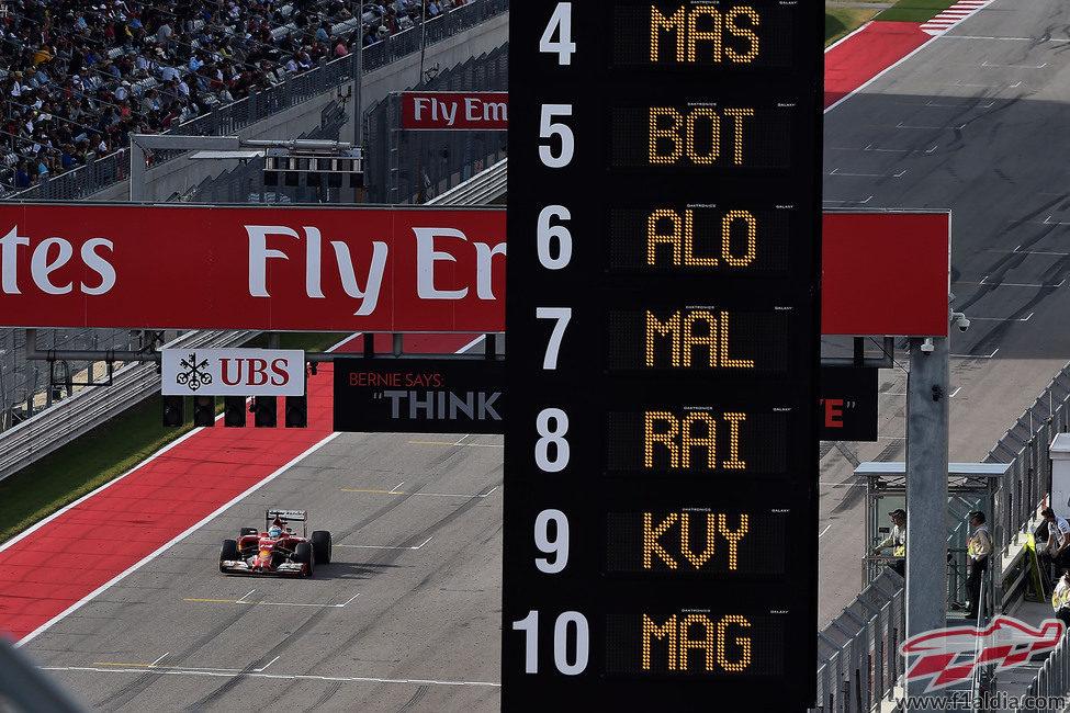 Fernando Alonso pasa por linea de meta