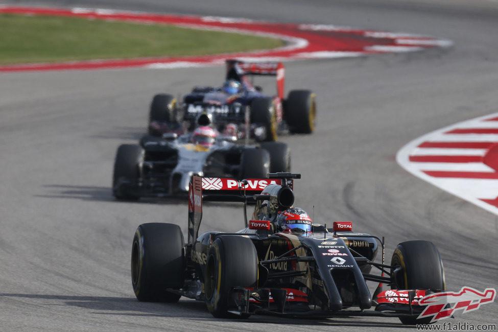 Romain Grosjean presionado por Jenson Button y Jean-Eric Vergne