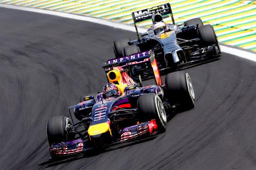 Sebastian Vettel luchando con Kevin Magnussen en Interlagos