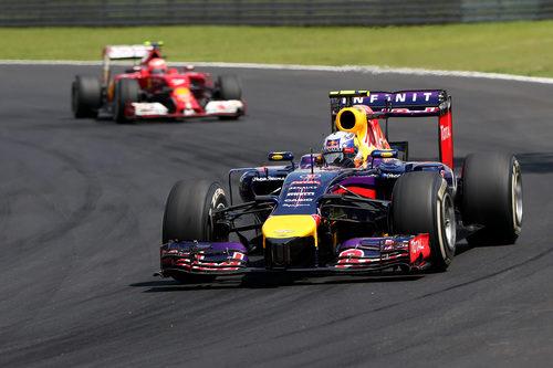 Daniel Ricciardo perseguido por Kimi Räikkönen