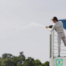 Nico Rosberg celebra su quinta victoria de la temporada en Brasil