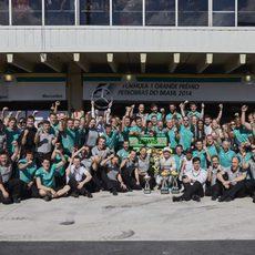 El equipo Mercedes celebra su undécimo doblete del año