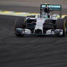 Nico Rosberg con un juego de neumáticos blandos bastante dañado