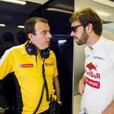 Vergne junto al encargado de Renault en Toro Rosso