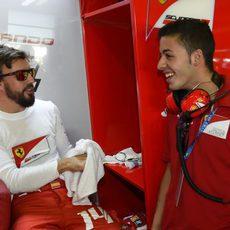Fernando Alonso y Antonio Fuoco, piloto de la Ferrari Drivers Academy