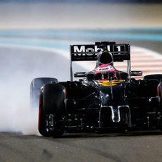 Jenson Button bloqueando el neumático delantero