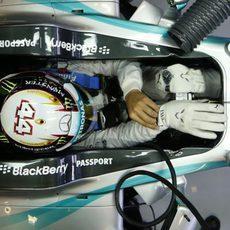 Lewis Hamilton preparándose para salir a la pista