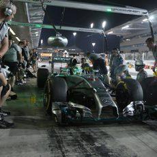 Hamilton preparando las paradas con sus mecánicos