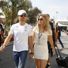 Nico Rosberg llegando al circuito con su esposa