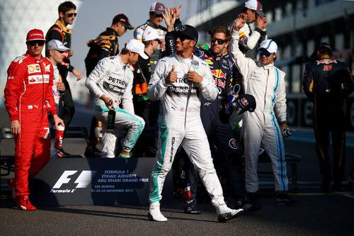 Lewis Hamilton sonríe tras hacerse la foto conjunta