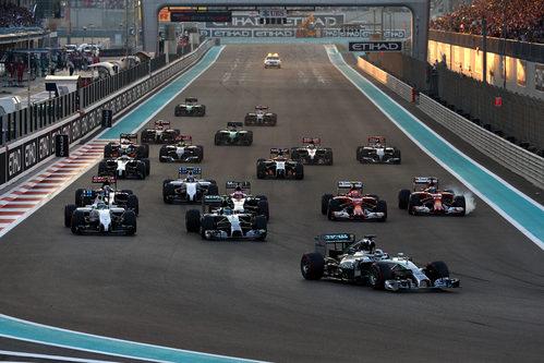 Lewis Hamilton se coloca primero en la curva 1
