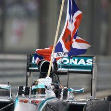 Lewis Hamilton sostiene la bandera de Reino Unido