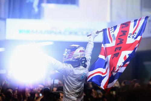 Las cámaras arrollan a Lewis Hamilton