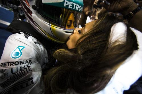 Lewis Hamilton besa a Nicole, su novia