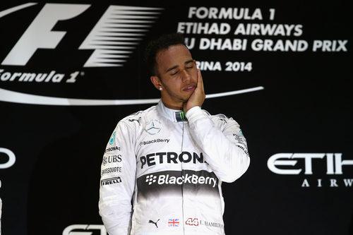 Lewis Hamilton se emociona en el podio de Abu Dabi