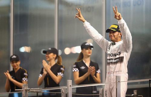 Lewis Hamilton saluda desde el podio