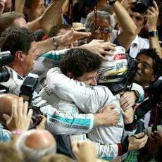 Lewis Hamilton abraza a Toto Wolff