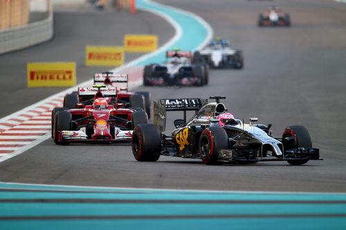 Jenson Button manteniendo detrás a los Ferrari