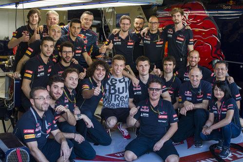 Daniil Kvyat despidiéndose de su equipo en Toro Rosso