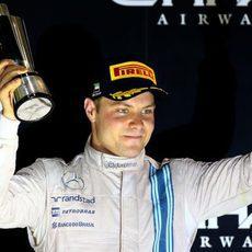 Valtteri Bottas levantando su copa por su 3ª posición