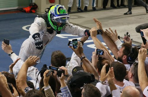 Felipe Massa celebrando con sus mecánicos