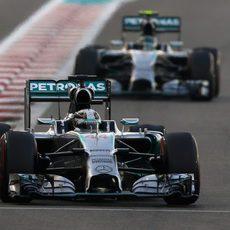 Nico Rosberg acercándose a Lewis Hamilton