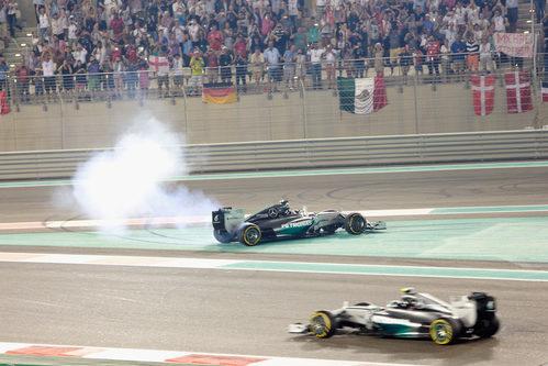 Lewis Hamilton haciendo 'donuts' mientras Nico Rosberg pasa a su lado