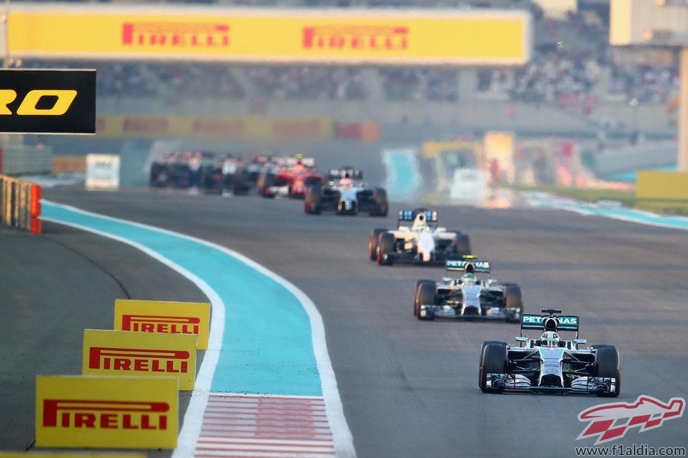 Los dos Mercedes lideran la carrera