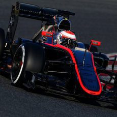 Jenson Button rueda durante la primera jornada de test en Barcelona