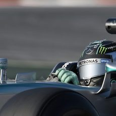 Nico Rosberg pilotando con problemas de espalda en el segundo día