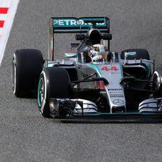 Lewis Hamilton rueda con el neumáticos medio