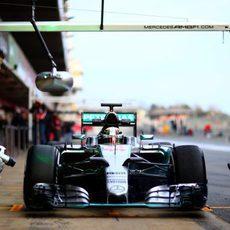 Lewis Hamilton en la zona de los 'pit-stop'