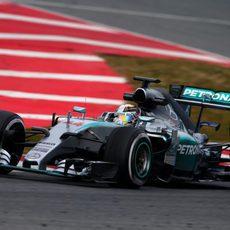 Lewis Hamilton se dispone a completar otra vuelta