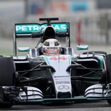 Lewis Hamilton rueda con el W06 en pretemporada