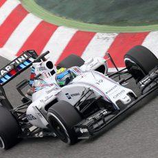 Felipe Massa rueda con el FW37 por el circuito de Montmeló