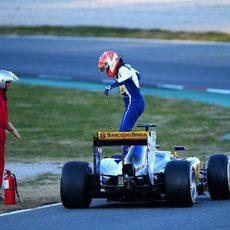 Felipe Nasr detiene su coche en la pista el último día de test