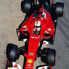 Sebastian Vettel se prepara para entrar al box con su Ferrari